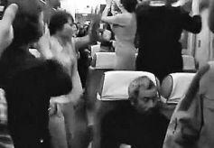广场舞被大妈们搬上火车  是文化自信?