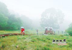 陇南两当县云屏景区:众多游客观光旅游