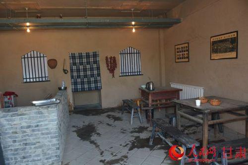店中的桌椅是有意收集的旧家具(刘海天 摄)