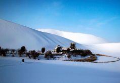甘肃敦煌鸣沙山月牙泉迎来2016年第一场雪