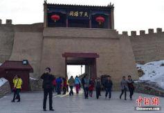 甘肃嘉峪关关城文物景区春节假期游客络绎不绝