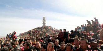 萬人圍觀甘肅張掖甘州區古城村舉辦斗羊迎元宵活動