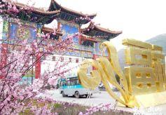 甘肃武山县水帘洞景区清明节旅游现小高峰 自驾游居多