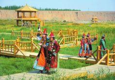 肃北蒙古族自治县党河峡谷民族文化风情园吸引游人观光