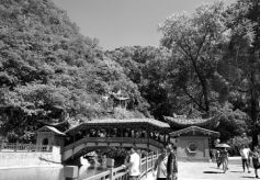 榆中兴隆山景区 众多游客前来踏青避暑