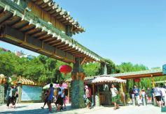 兰州迎来旅游旺季  游客在水车园欣赏美景
