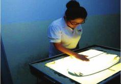 甘肃大学生用沙画表现敦煌文化故事