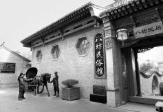 甘肃临夏八坊十三巷砖雕民居建筑引游客驻足观赏