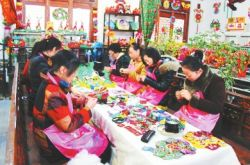 """庆阳市西峰区""""义渠戎国""""文化集市示范基地的工人在赶制香包"""