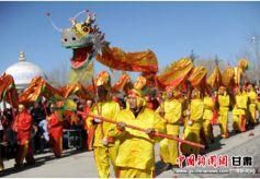甘肃阿克塞哈萨克族自治县舞龙耍狮喜迎元宵佳节