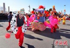 甘肃玉门戈壁小城民俗表演庆元宵佳节