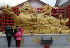 """平凉市崆峒古镇惊现西北五省最大""""财神爷"""""""