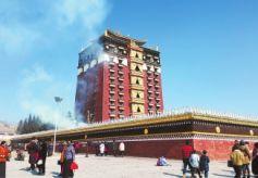 甘南合作市米拉日巴九层佛阁景区游客众多