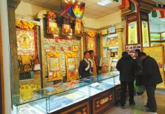 游客在玛曲县游客接待中心挑选民族特色商品