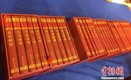 3月21日,甘肃省大型学术文献丛书《陇上学人文存》第五辑出版发行暨传承陇上学脉繁荣陇上学术研讨会在兰州举行。图为该系列丛书展示。 丁思 摄