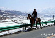 春雪过后的天水张家川县关山色彩