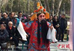 兰州老年秦腔团黄河边演绎经典传承传统文化