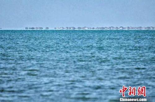 近日,敦煌历史上最大的湖泊哈拉诺尔湖干涸60年后重现碧波。图为漫水面积达24平方千米的哈拉诺尔湖。 孙志成 摄
