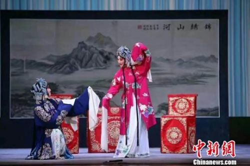 著名京剧程派青衣李海燕在表演中。 活动方提供 摄