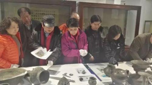 查看崆峒区博物馆铜器修复情况