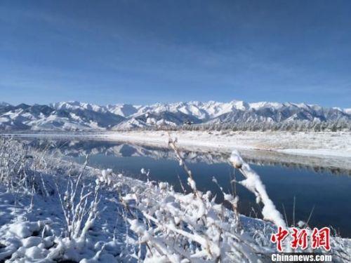 雪后的祁连山,奇峰、怪石在缥缈的云雾中若隐若现、如梦如幻。 武雪峰 摄
