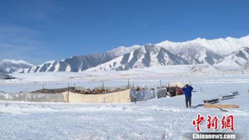 雪后的蓝天白云,令人心旷神怡,吸引游人登山赏雪观景。 武雪峰 摄