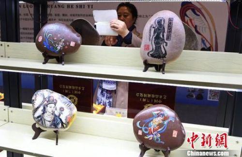图为郭仁华创作的敦煌壁画系列作品。 杨艳敏 摄