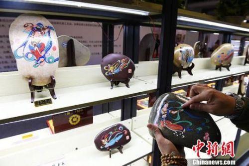 四月中旬,第八届兰州艺术品收藏博览会举行。兰州石艺创作者郭仁华带着自己和学生创作的石艺作品前来参展。 杨艳敏 摄