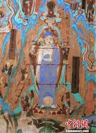 图为莫高窟72窟壁画工匠安装佛头(五代)。 敦煌研究院供图