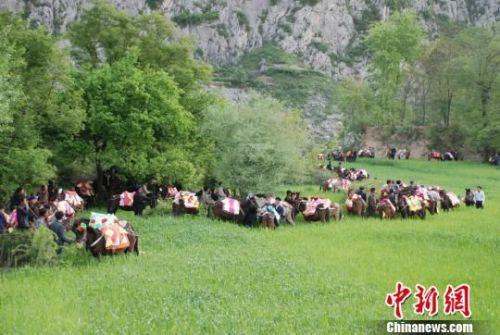 """图为""""跑马节""""民俗活动。 冯晓宏 摄"""