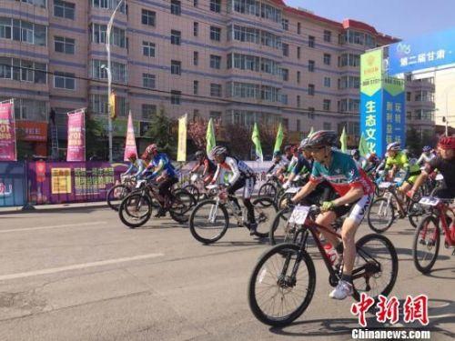 图为来自安徽、四川、山东、甘肃等多地的400多名骑行爱好者在38公里的赛道上挥汗竞技。 徐雪 摄
