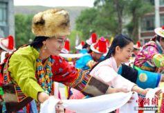 """甘肃肃南""""民族服装秀"""" 展示古老裕固族文化"""