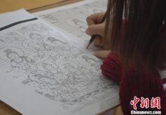 甘肃大学生手工制作卷轴画呈现敦煌文化元素