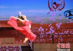 甘肃敦煌高考学子免费享文化盛宴《丝路花雨》