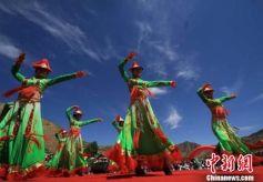 甘肃裕固族民俗艺术节:牧民演示传统生活场景