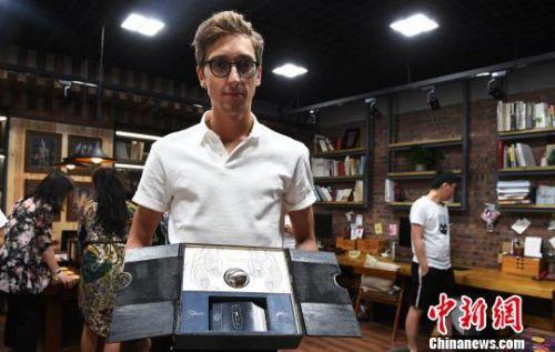 """23岁的俄罗斯小伙伊格尔则喜欢""""充满力量的中国神话人物——盘古""""。他尝试完成的手工书,通过旋转、撕读的""""机关"""",引领读者跟随""""盘古""""打开由混沌到万物伊始的新世界之门。 杨艳敏 摄"""