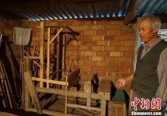 甘肃庆阳八旬老人收藏农具200余件 留存