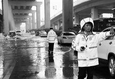 甘肃兰州交警王军:风雨无阻 他是司机前行路上的灯塔