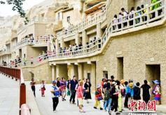 莫高窟暑期游客量大 甘肃敦煌研究院呼吁错峰参观