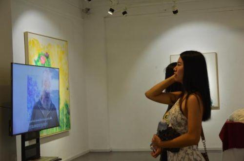 观众在现场欣赏作品