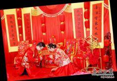 甘肃兰州一对新人举办中式楹联主题婚礼
