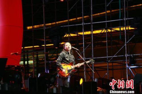 图为25日晚,低苦艾乐队现场表演。 钟欣 摄