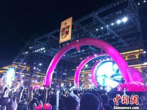 为期两天的此次摇滚音乐盛宴,汇集了许巍、唐朝乐队领衔的众多国内知名乐队,现场为约万余乐迷奉献了劲爆火热、震颤心灵的摇滚音乐。 冯志军 摄