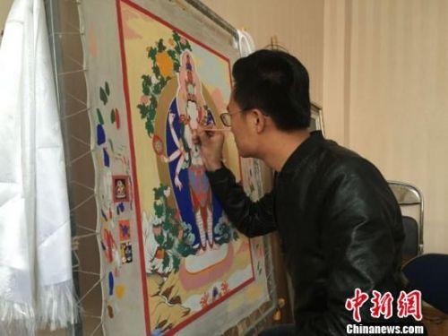 资料图。4月中旬,兰州岚沐文体旅创意产业园内,唐卡画师陈天潮正在赶制一份定制作品。杨娜 摄