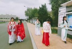 甘肃兰州:大学生穿汉服行走校园 助力汉文化发展