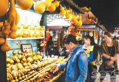 游客在甘肃敦煌夜市选购敦煌特色工艺品