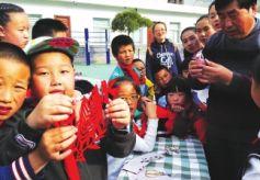 甘肃兰州城关区平凉路小学办传承纸文化非物质遗产活动