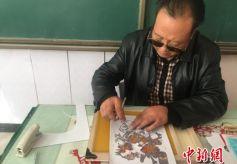甘肃省敦煌印象:教师秀绝活 刀锋刻出《金陵十二衩》