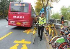 甘肃省兰州市交管部门清理整治共享单车乱停放