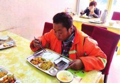 甘肃兰州雁滩一餐馆为老年人、环卫工和残疾人推爱心餐